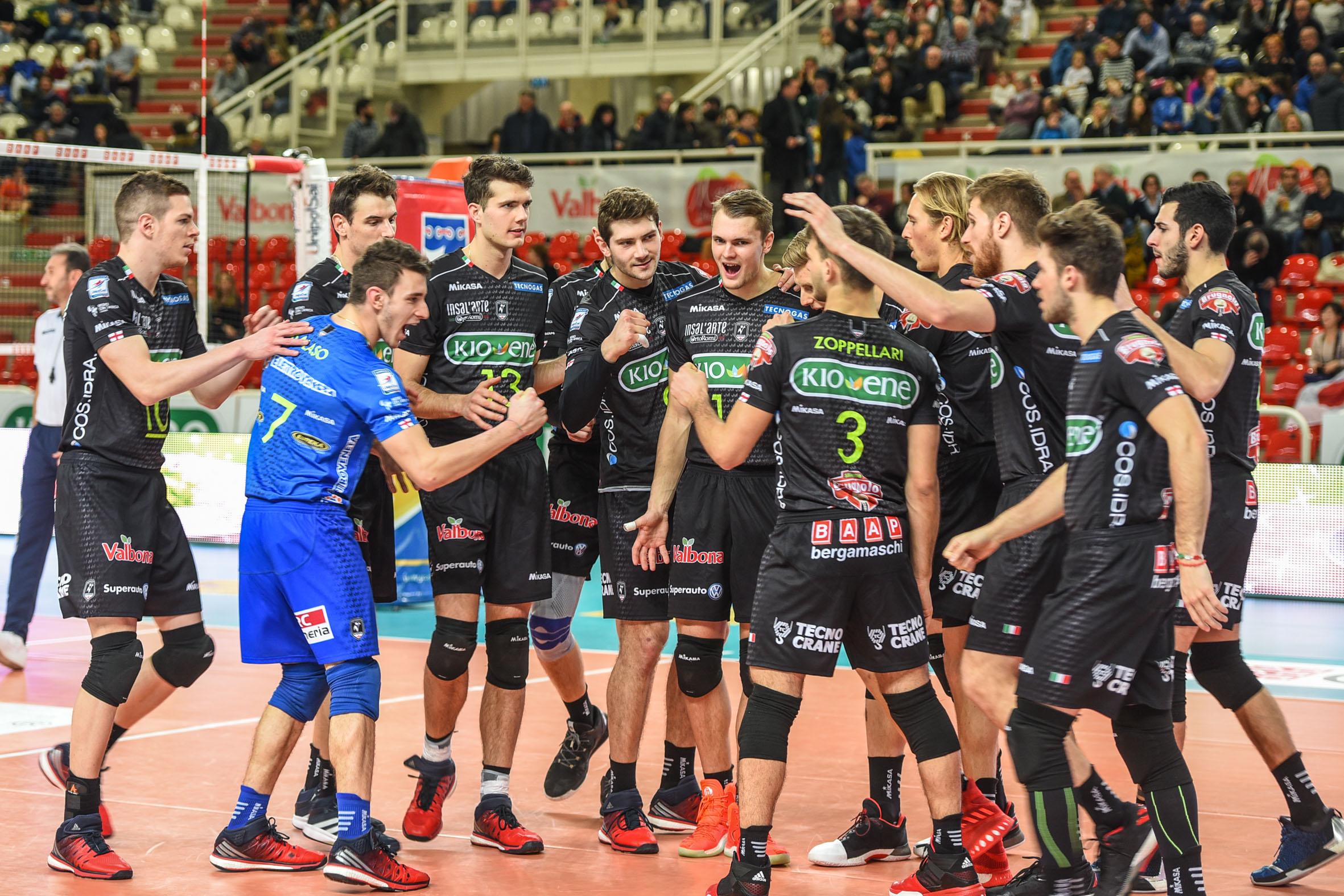 la squadra festeggia dopo la gara vinta - Eureka sponsor Pallavolo Padova