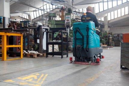 Lavasciuga su pavimenti di fabbrica metalmeccanica